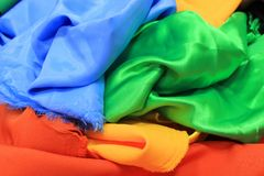 Hög av färgrika siden- tyger Blandning av vibrerande färger som bakgrund Royaltyfri Bild