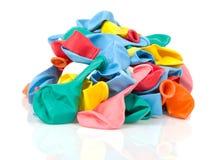 Hög av färgrika tomma ballonger som isoleras på vit Fotografering för Bildbyråer