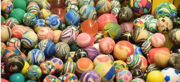 Hög av färgrika toppna bollar med unika modeller Royaltyfria Bilder