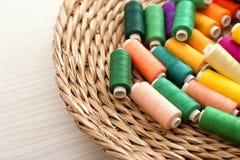 Hög av färgsömnadtrådar Arkivbilder