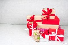 Hög av för gåvaaskar för olik jul och för nytt år plommoner för samling Arkivfoto