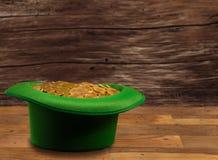 Hög av för insidagräsplan för guld- mynt dagen för St Patricks för hatt Royaltyfria Bilder