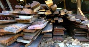 Hög av för snitt trän ut från byggande av huset arkivbilder