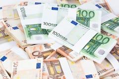 Hög av femtio och hundra eurosedlar Arkivbild