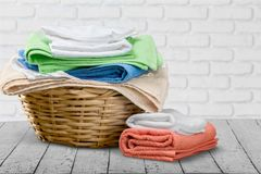Hög av fluffiga färgrika handdukar på tabellen Fotografering för Bildbyråer