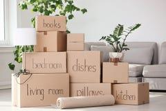 Hög av flyttningaskar och hushållmaterial royaltyfri bild
