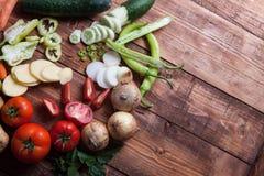 Hög av frukter och grönsaker på träbakgrund Royaltyfria Bilder