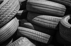 Hög av gamla använda utslitna bilgummihjul Royaltyfri Bild