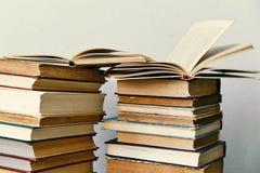 Hög av gamla böcker och en öppen bok Royaltyfri Bild