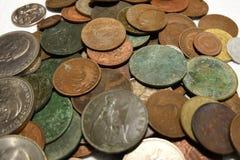 Hög av gamla brittiska och europeiska mynt för tappning arkivfoto