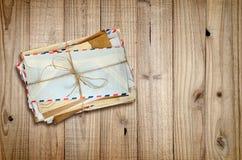 Hög av gamla kuvert på trä royaltyfri foto