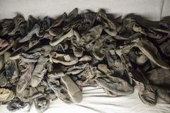 Hög av gamla och brutna skor Arkivfoton