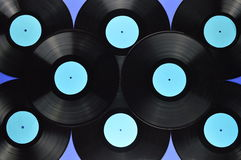 Hög av gamla svarta vinylrekord på blå bakgrund Royaltyfri Fotografi