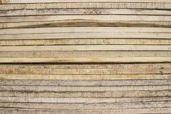 Hög av gamla träspjällådor mot väggen Arkivfoton