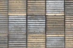 Hög av gamla träspjällådor mot väggen Royaltyfri Fotografi