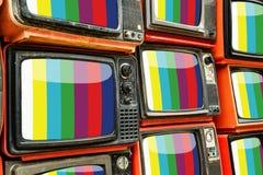 Hög av gammal röd retro TV Arkivfoto