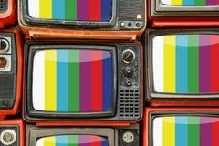 Hög av gammal retro TV Arkivbild