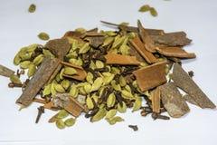 Hög av Garam Masala, indiska kryddor på en vit bakgrund arkivfoto