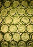 Hög av gröna flaskor arkivfoto