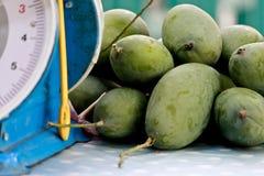 Hög av gröna mango Arkivfoto