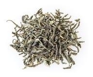 Hög av grönt te som isoleras på vit Arkivbilder
