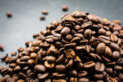 Hög av grillade kaffebönor på en svart bakgrund Royaltyfri Fotografi