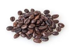Hög av grillade kaffebönor som isoleras på vit Royaltyfri Fotografi