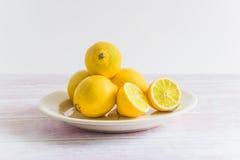 Hög av gula citroner på en platta Royaltyfria Foton