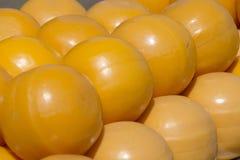 Hög av gula ostbollar på marknaden royaltyfri fotografi