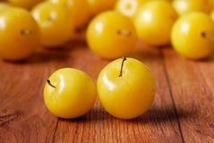 Hög av gula plommoner Royaltyfria Bilder