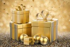 Hög av guld- gåvaaskar och guld- julbollar Royaltyfria Foton