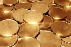 Hög av guld- mynt för kassa arkivbild