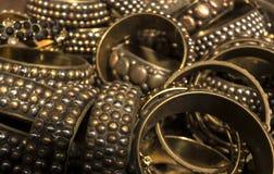 Hög av guld och mässing dekorerade armband Arkivfoto