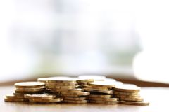 Hög av guld- pengarmynt på vit bakgrund för kopieringstext royaltyfri bild