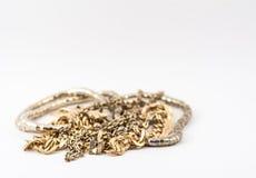 Hög av guld som isoleras på vit bakgrund Fotografering för Bildbyråer