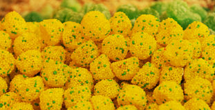 Hög av guling- och gräsplangodisar Arkivbilder