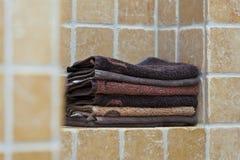 Hög av handdukar i badrum royaltyfria bilder