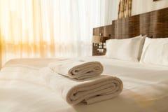 Hög av handdukar på sängen arkivbilder