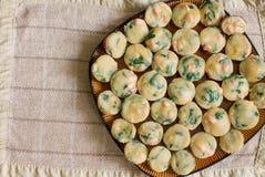Hög av hemlagade muffin med laxen, spenat och ost Royaltyfri Fotografi