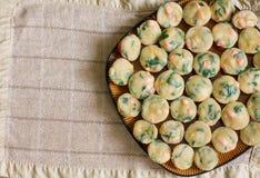 Hög av hemlagade muffin med laxen, spenat och ost Arkivbilder