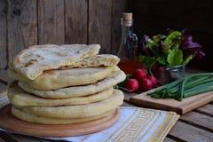 Hög av hemlagat plant bröd med grönsallat, löken och rädisan på en träbakgrund Mexicansk tunnbrödtaco Indier Naan Utrymme för arkivfoton