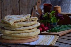 Hög av hemlagat plant bröd med grönsallat, löken och rädisan på en träbakgrund Mexicansk tunnbrödtaco Indier Naan Utrymme för arkivfoto