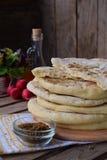 Hög av hemlagat plant bröd med grönsallat, löken och rädisan på en träbakgrund Mexicansk tunnbrödtaco Indier Naan Utrymme för royaltyfria foton