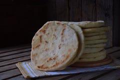 Hög av hemlagat plant bröd på en träbakgrund Mexicansk tunnbrödtaco Indier Naan Utrymme för text royaltyfri fotografi