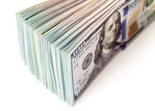 Hög av hundra dollarräkningar Arkivbild