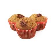 Hög av isolerade muffin för pecannötmutter Arkivbilder