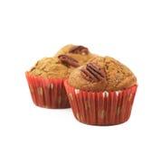 Hög av isolerade muffin för pecannötmutter Royaltyfri Bild