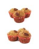Hög av isolerade muffin för pecannötmutter Fotografering för Bildbyråer