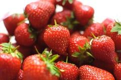 Hög av isolerade nya organiska jordgubbar Fotografering för Bildbyråer