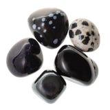 Hög av isolerade svarta naturliga mineraliska gemstones Arkivfoton